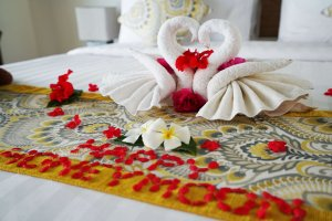 Honeymoon Decoration on Bed - villa Maria Gili Trawangan